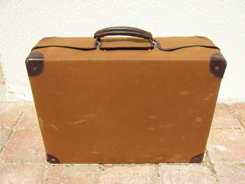 http://www.brocanteo.com/boutique/images/VDD-3357-valise-cuir-flacons-toilette-luxe-voyage-suitcase.JPG